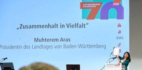 Landtagspräsidentin Muhterem Aras auf der Bühne hält die Festrede