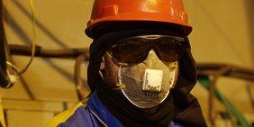 Bauarbeiter mit Helm und Schutzmaske