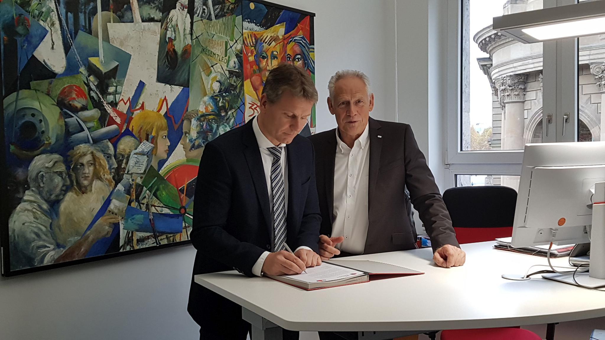 Martin Kunzmann und Kai Rosenberger unterzeichnen gemeinsam einen Brief