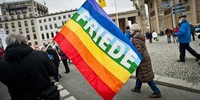 Demonstranten mit Friede-Banner auf Ostermarsch