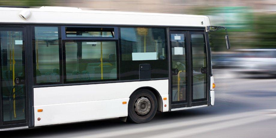 Weißer Lininienbus