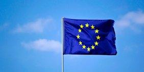 Europaflagge vor blauem Himmel