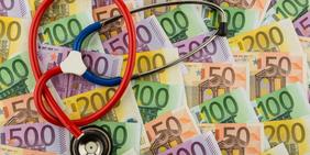 Stethoskop auf Geldscheinen abgelegt