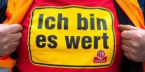 """Gewerkschafter zeigt T-Shirt Aufdruck der IG BAU """"Ich bin es wert"""""""