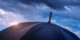 Schwarzer regenschirm aufgespannt
