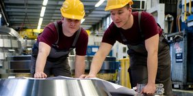 Arbeiter in Industrieanlage